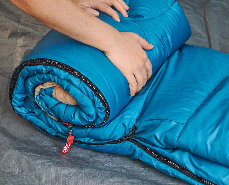 Cuộn tròn túi ngủ màu xanh để gấp gọn và bảo quản tốt hơn