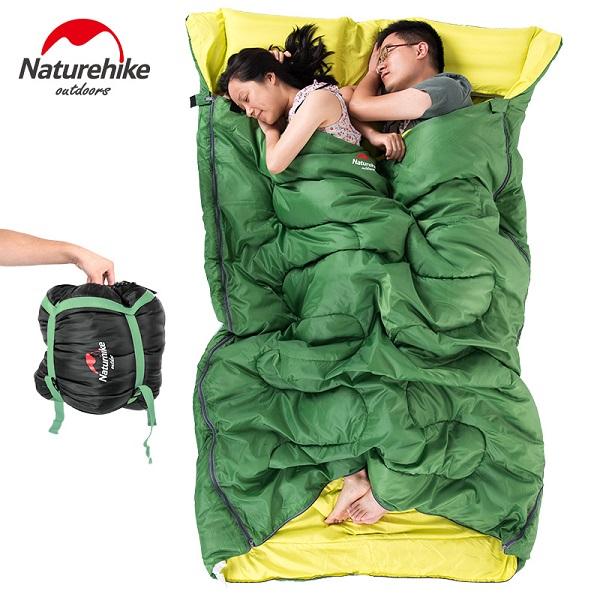 Hai vợ chồng nằm ngủ thoải mái trong túi ngủ đôi
