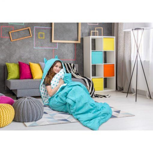 Cô gái đang ngồi trong túi ngủ hình thú Nicki Home màu xanh nước biển