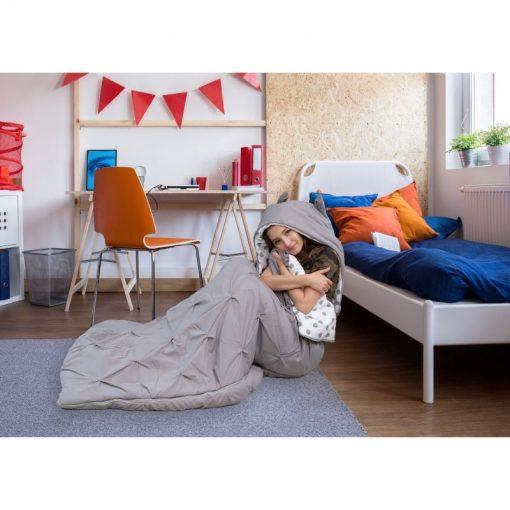 cô gái đang ngồi trong túi ngủ hình thú Nicki Home