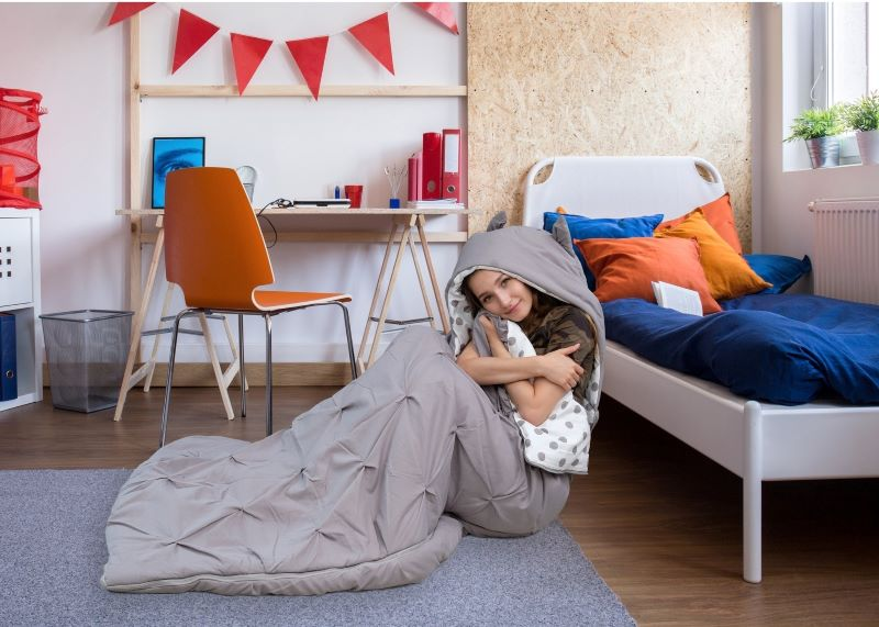 cô gái đang ngồi trong túi ngủ hình thú Nicki Home màu xám