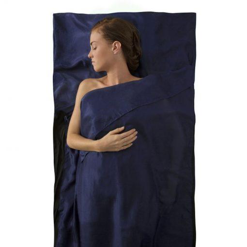 Cô gái nằm ngủ thoải mái trong túi ngủ lụa