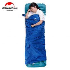 Một người đàn ông ngủ thoải mái trong túi ngủ Naturehike LW180
