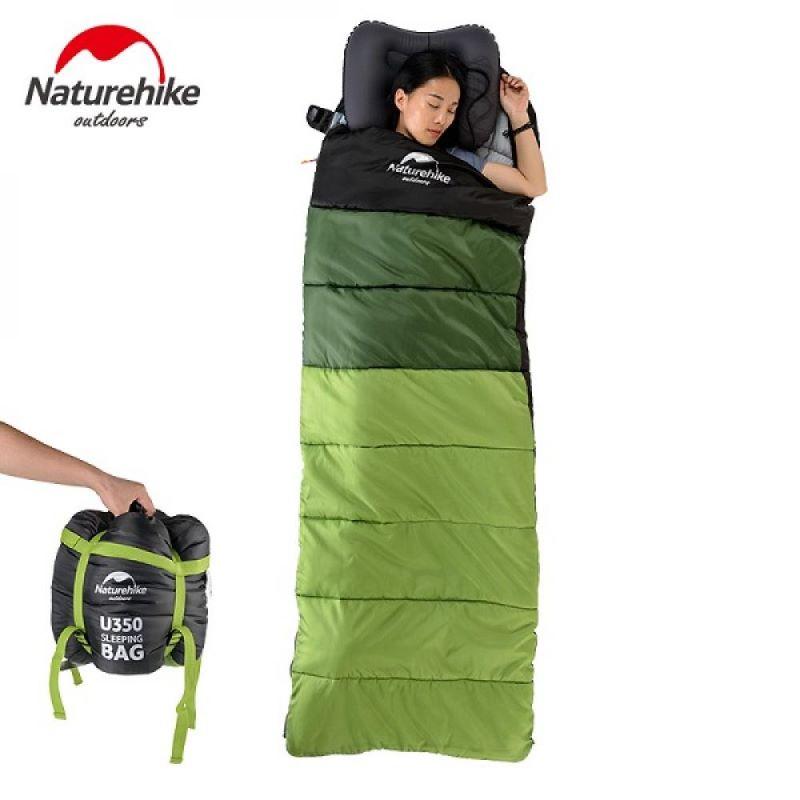 Một cô gái ngủ đang ngủ thoải mái trong túi ngủ Naturehike U250