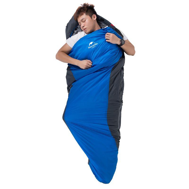 Người đàn ông nằm ngủ thoải mái trong túi ngủ siêu nhẹ Naturehike ML150