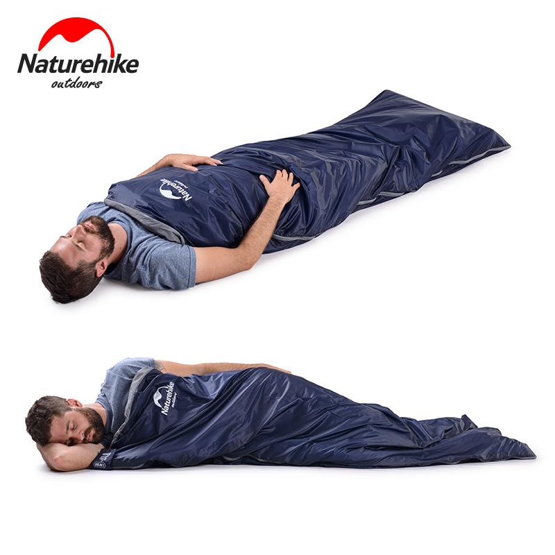 Người đàn ông nằm ngủ thoải mái trong túi ngủ siêu nhẹ Naturehike LW180