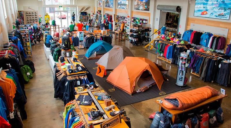 Cửa hàng bán đồ cắm trại du lịch với các sản phẩm lều, túi ngủ, quần áo, phụ kiện,...