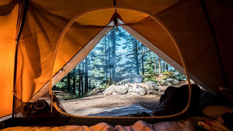 Cửa lều cắm trại hướng ra thiên nhiên